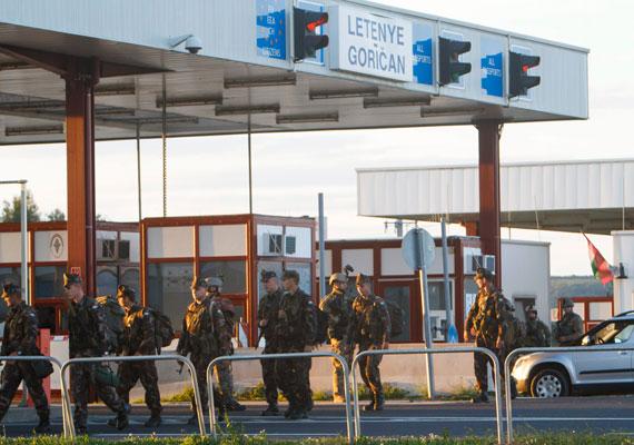 Mintha háború lenne, pedig csak katonákkal próbálják elriasztani a menekülteket. Egyelőre kevés sikerrel, hiszen a horvát határon nincs kerítés, így akadály nélkül jöhetnek Magyarországra. A hétvégén még a szerb határon is jött nagyjából ezer ember, tehát a kerítés sem állít meg mindenkit.