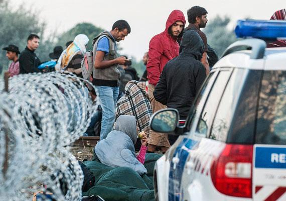 Hajnalra akár több ezren is lehettek a környéken. Azért érkeztek egyszerre ilyen sokan, mert a macedón-görög határon sokáig feltartóztatták őket.
