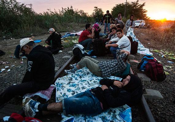Az éjszakát sokan már a határon töltötték, egyesek tüzet raktak, amellett melegedtek.