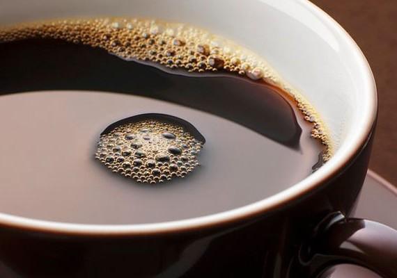 Kerüld a koffeintartalmú italokat, például a kávét, a kólát és a fekete teát, mert felerősíthetik az idegességedet.