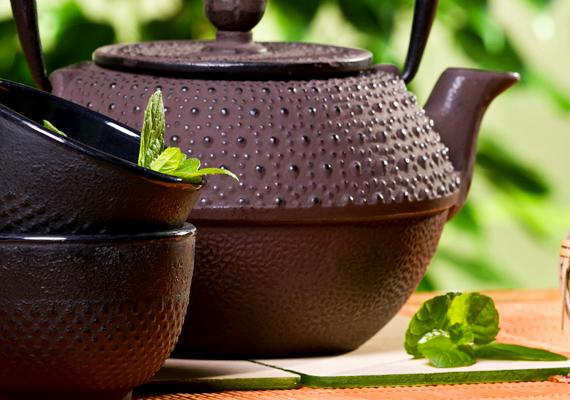 Bevetheted a különböző gyógynövényekből készült teák erejét is. Az erős és hosszú menstruációra a cickafark és a palástfű a legjobb, görcsök ellen pedig mentateát is ihatsz.