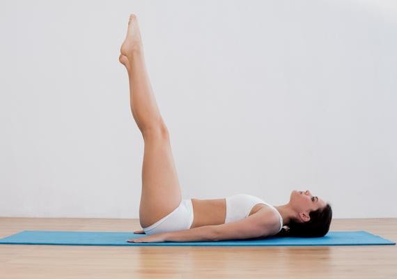Egy egyszerű jógapóz is segíthet. Feküdj hanyatt a padlón egy puha szőnyegen, majd egyenes térddel nyújtsd ki a lábaidat a képen látható módon, és maradj így, ameddig csak bírsz! Ha nem megy, a falnak is támaszthatod a sarkaidat.