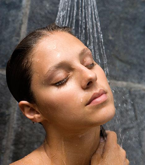 Forró zuhanyEgy forró zuhany nem csak a meleg segítségével képes oldani a görcsöket, de a stresszt is elűzi, ami szintén segíthet a görcsök enyhítésében. Nyugattó, lazító illóolajjal vagy gyertyával - például levendulással - tovább segítheted az ellazulást, de arra ügyelj, hogy a zuhany alól kilépve ne tegyél hirtelen mozdulatokat, mert leeshet a vérnyomásod.