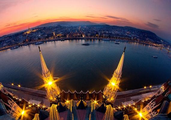 Különleges beállításokból készített fotókat Budapestről.