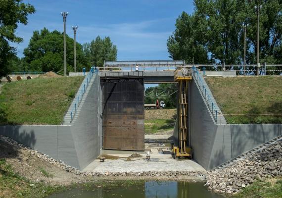 Szintén Mészáros Lőrinc cége végezheti el egy másik céggel közösen a Hármas-Körös és a Hortobágy-Berettyó árvízvédelmi munkáit. A beruházás nettó 9,9 milliárd forintba kerül.