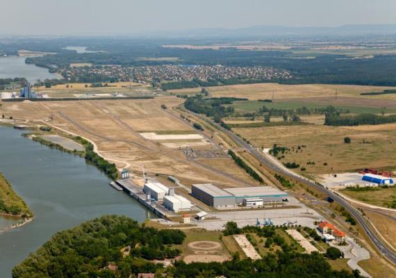 Mészárosék a győr-gönyűi kikötő fejlesztésében is részt vesznek egy olyan konzorcium tagjaként, amelyik nettó 6,9 milliárd forintért végzi a munkát.