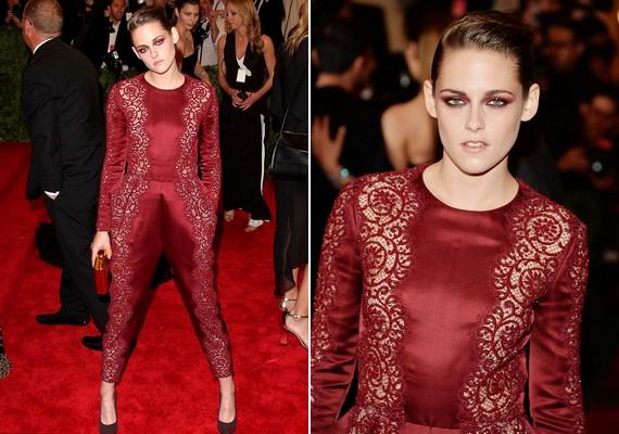 Kristen Stewart híres a divatbakijairól és az előnytelen ruháiról. Ezúttal is megerősítette hírnevét: sem a haja, sem a sminkje, sem a viselete nem volt jó választás.