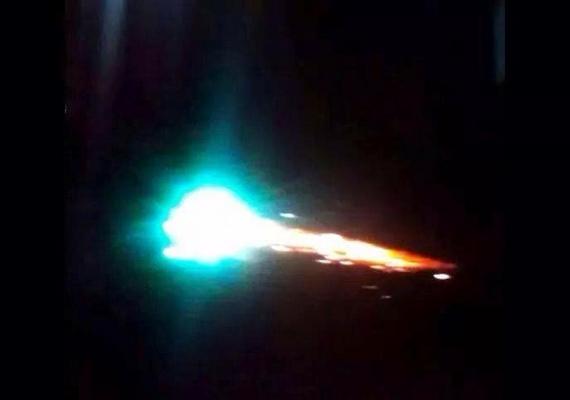 Három héttel ezelőtt egy texasi autós kamerája is rögzített egy rejtélyes tűzgolyót, amelyet először nem tudtak beazonosítani, de mára valószínűnek tűnik, hogy egy meteorról van szó.