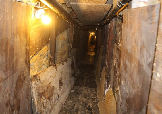 Az alagút szűk, épp akkora, hogy egy ember és a szállítmánya kényelmesen elfér benne.
