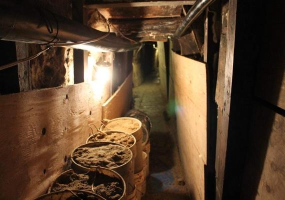 Egyelőre folyamatosan őrzik az alagutat a hatóságok, amely betonnal a belsejében végzi majd.