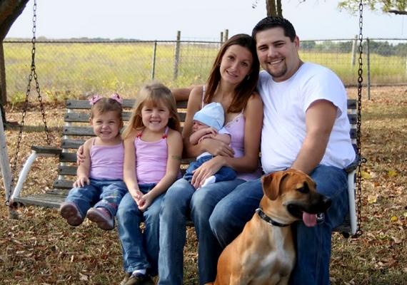 1. Ez csak egy idilli családi kép, semmi több. Vagy mégis?