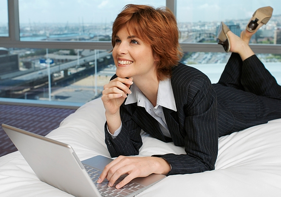 Milyen életstílusra vágysz?                         Azt sem árt szem előtt tartanod a szakmád kiválasztásánál, hogy milyen körülmények között szeretnél majd dolgozni - például otthonról vagy irodában -, és legfeljebb mennyi időt szánnál rá a munkára naponta. Gondold át, hogy inkább a kötött munkaidővel szimpatizálsz, vagy jobban tetszene valami olyasmi, ahol te osztod be a napod.