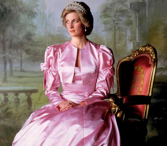 Az összeesküvés-elméletek szerint Diana hercegnő nem halt meg a tragikus autóbalesetben. Többen látni vélték feltűnni kerekesszékben.