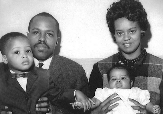 A kisbaba Michelle Obama szüleivel és idősebb fiútestvérével.