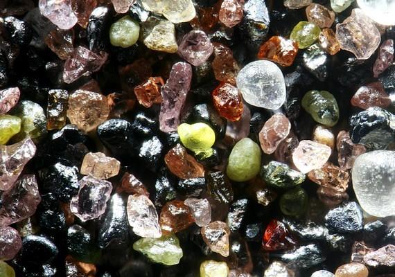 Így néznek ki a finom kis homokszemek mikroszkóp alá helyezve.