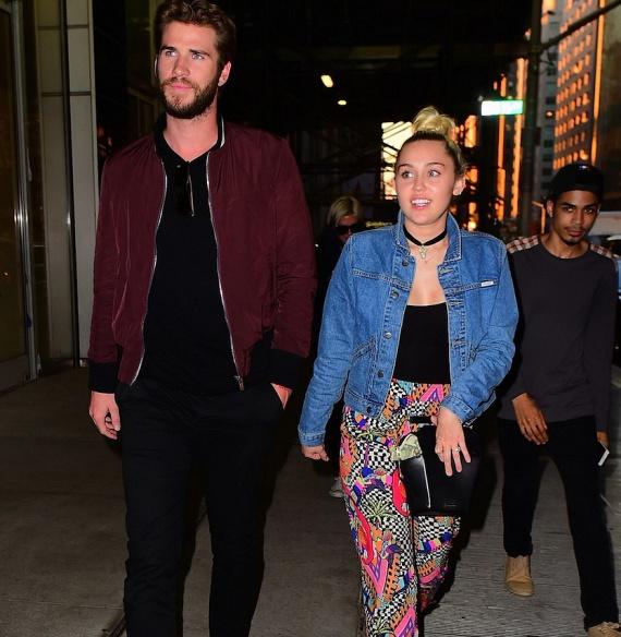 Miley ujjára visszakerült a hatalmas gyémántgyűrű is, amivel Liam néhány évvel ezelőtt eljegyezte.