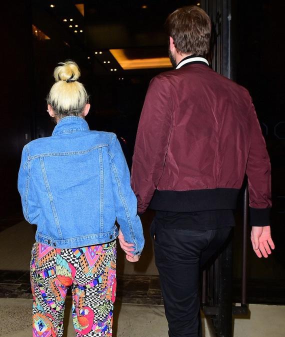 A 23 éves énekesnő és a 26 éves színész nem titkolózik tovább: végre megfogták egymás kezét a fotósok előtt is.