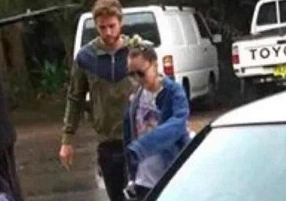 Miley-t és Liamet Ausztráliában kapta le egy lesifotós, amint kettesben távoztak a szállásukról néhány nappal ezelőtt.
