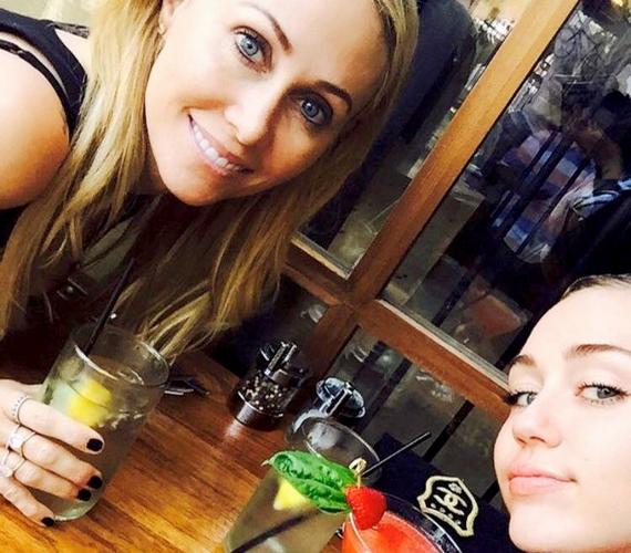 Ezt a képet osztotta meg Miley az Instagramon és a Facebookon, a hozzászólás-áradat pedig nem maradt el: egyesek szerint az énekesnő és anyukája olyanok, mint két tojás, mások viszont úgy gondolják, hogy Tish Cyrus még a lányánál is szebb.