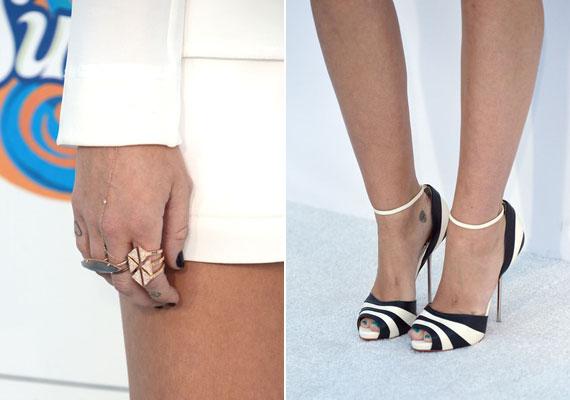 Miley a ruhához csíkos cipőt, kiegészítőként pedig rengeteg gyűrűt választott.