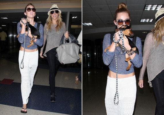 A reptérre is hosszú, fehér szoknyában érkezett.