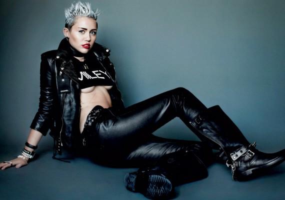 Az egykori Hannah Montana igazi kemény csaj lett: bőrruhában is pózolt.