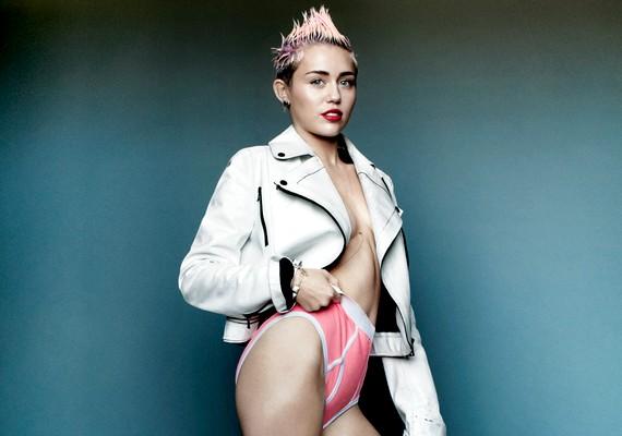 Csak fehérnemű és egy dzseki: ennyit visel Miley.