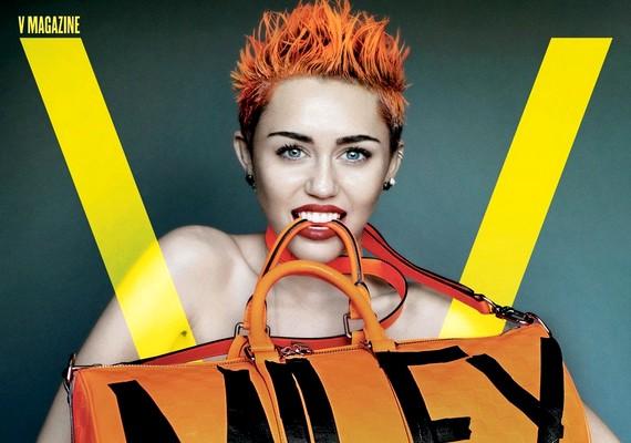 Az énekesnő felsőtestét semmi más nem takarja, csak egy Miley feliratú táska.
