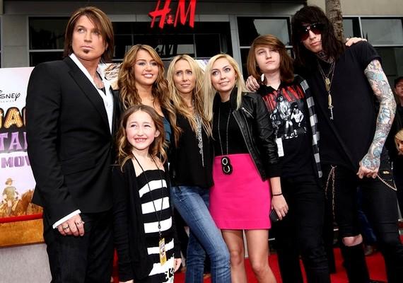 Miley-nak összesen két lány- és két fiútestvére van.