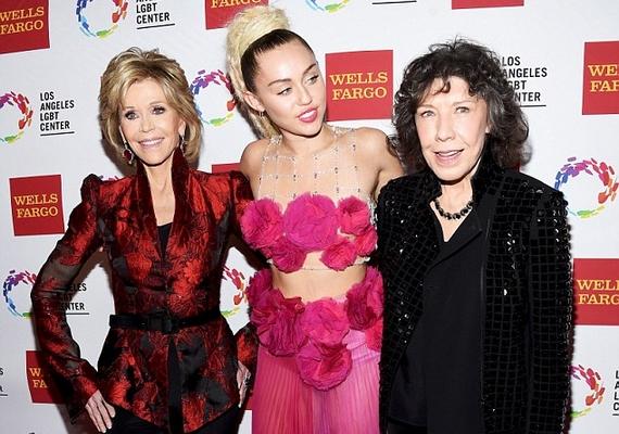 A bolondozást követően azért egy normális közös kép is készült a legendás sztárról és a világhírű énekesnőről, a fotó erejéig pedig még Lily Tomlin színésznő is társult hozzájuk.