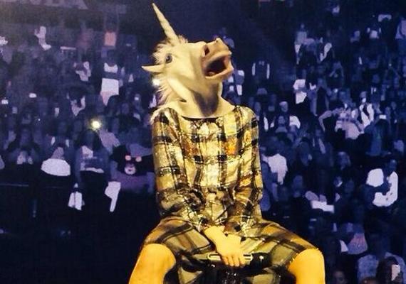 Miley Cyrus brooklyni koncertjén viselte a fura unikornismaszkot. Tegnap a Facebookon is megosztotta a képet, ahol a rajongók hozzászólásaiból kiderült, nem igazán értik, miért húz magára ilyen maskarákat az énekesnő.