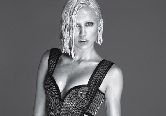 Némelyik képen felismerhetetlen, ezek láttánelőbb gondolnánk Lady Gagára, mint Miley-ra.