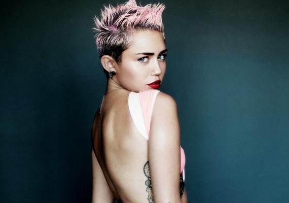 Nem ez az első eset, hogy Miley megszabadul a ruháitól egy magazin kedvéért.