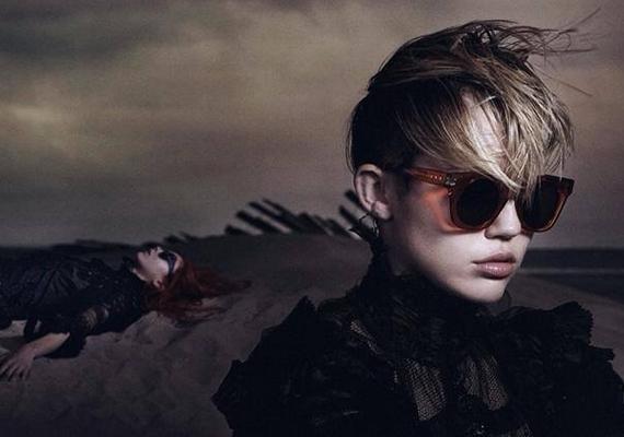 A zárt, sötét ruhák mostanában szokatlannak számítanak az énekesnőtől, ezt az oldalát már régen láthattuk.