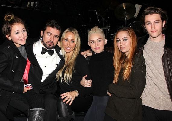 Bár sokszor tűnhet érzéketlennek, Miley valójában nagyon ragaszkodik a szeretteihez, a családjával példamutatóan jó a kapcsolata.