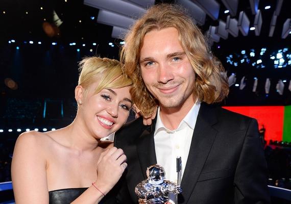 Az idei MTV VMA-gálán nem Miley vette át a neki szánt díjat, maga helyett egy hajléktalan fiút küldött fel a színpadra, akit azóta is támogat.