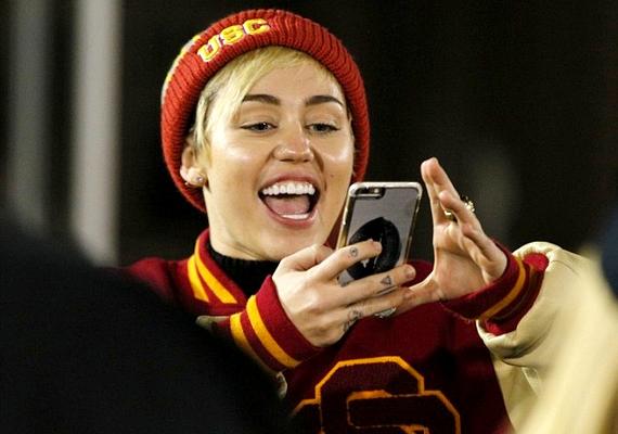 Az énekesnő láthatóan boldog, felszabadultan nevetett a meccsen.