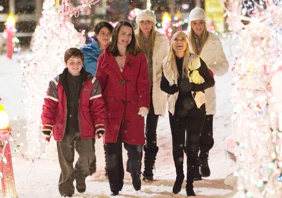 A Kiskarácsony mindenáron című produkcióban Danny Devito és Matthew Broderick versenyeznek a leszebb karácsonyi fényben úszó otthon címéért.