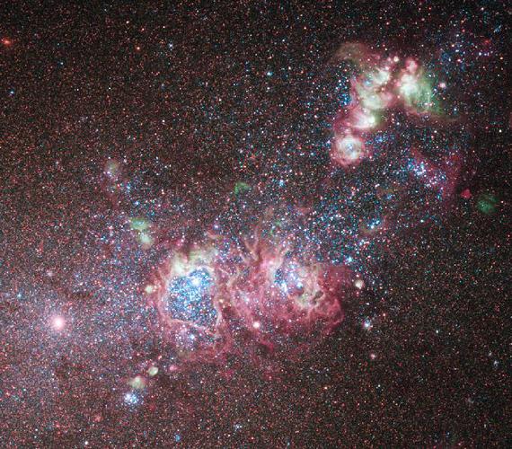 A rózsaszín árnyalatokban pompázó törpegalaxis fiatal csillagokból és gázfelhőkből áll, mintegy tízmillió fényévre a Földtől.