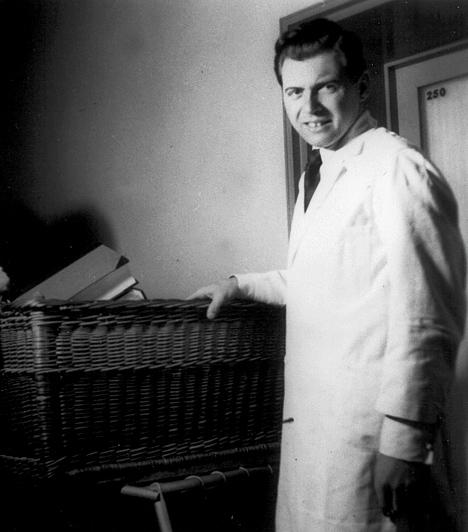 Joseph Mengele  Az auschwitzi koncentrációs táborban dolgozó SS-tiszt és orvos etikátlan és kegyetlen emberkísérletei által vált hírhedtté, melyek áldozatai legtöbbször gyerekek, mozgássérültek és fogyatékkal élők voltak. Különös érdeklődést mutatott az ikrek iránt - kísérletei során mesterségesen próbált sziámi-ikreket alkotni -, emellett a nácik által megerőszakolt foglyok terhességeit is embertelen módon kutatta.  Kapcsolódó cikk: Illegális emberkísérletek »