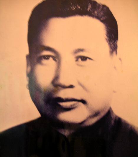 Pol Pot  Pol Pot mindössze négy évig volt hatalmon Kambodzsában, ez idő alatt azonban több millió ember halálához járult hozzá a kivégzések, a bebörtönzések, az országban uralkodó éhínség és a járványok következtében. A férfit a vietnami hadsereg bevonulása után távolították el vezetői posztjáról. Ezután az ország nyugati részére vonult, de távollétében népirtásért halálra ítélték - úgy becsülik, a népesség 20%-ának haláláért tehető felelőssé.