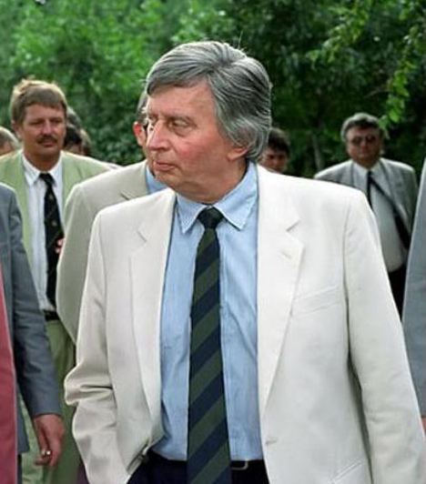 Antall József  Magyarország rendszerváltás utáni első miniszterelnöke, aki 1990-től 1993-ig töltötte be a posztot. Antall Józsefet 1989-ben választották az MDF elnökévé, és ez alapján egyértelművé vált, hogy ő lesz a párt miniszterelnök-jelöltje.  Az 1990-es választásokat az MDF nyerte, így május 23-án Antall alakíthatott kormányt. Lélekben, érzésben 15 millió magyar miniszterelnöke kívánt lenni.