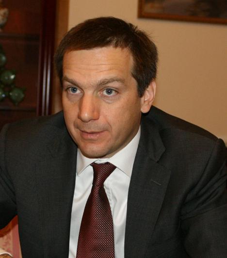Bajnai Gordon  A rendszerváltás utáni Magyarország hetedik miniszterelnöke. Miután Gyurcsány Ferenc 2009 márciusában lemondott, a miniszterelnöki posztra a párton kívüli Bajnai került.  Az SZDSZ és az MSZP egy hét és egy nap után állapodott meg a leendő miniszterelnök személyében. A korábbi nemzeti fejlesztési és gazdasági miniszter egy évig, 2009 áprilisától 2010 májusáig vezette az országot.