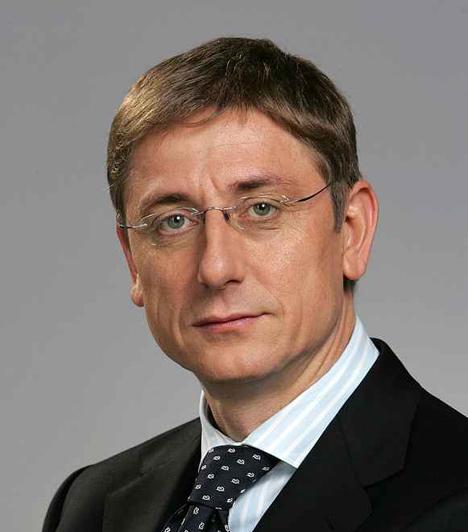 Gyurcsány Ferenc  A harmadik Magyar Köztársaság hatodik miniszterelnöke. Gyurcsány Ferenc 2004-től 2009-ig töltötte be ezt a posztot. 2004-ben, a négyéves kormányzati időszak második felén túl váltotta Medgyessyt, majd megnyerte a választásokat. A rendszerváltás óta ő volt az első, aki hivatalban lévő miniszterelnökként nyert választást.  A korábbi ifjúsági és sportminiszter lemondását 2006 óta, az öszödi beszéd kiszivárgásától követelte az ellenzék, amit végül 2009-ben tett meg.
