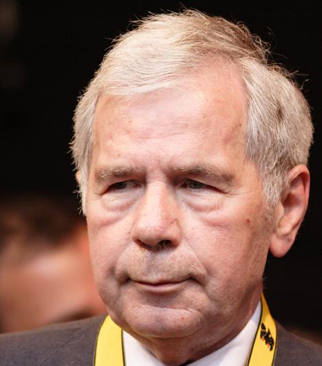 Horn Gyula  1994-ben az MDF-et az MSZP váltotta, Boross Pétert pedig Horn Gyula. A rendszerváltás utáni Magyarország harmadik miniszterelnöke 1994-1998 között töltötte be ezt a posztot, miniszterelnökségének idejére esett az úgynevezett Bokros-csomag.