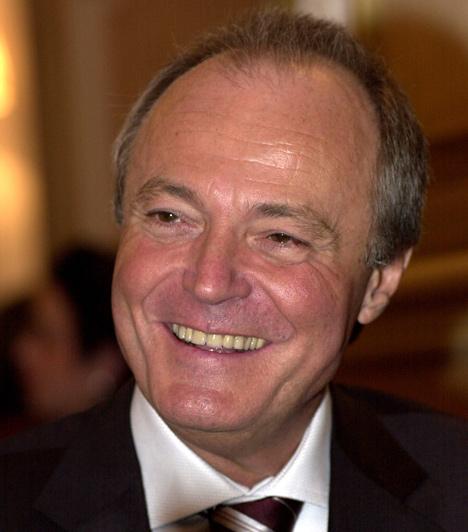 Medgyessy Péter  A rendszerváltás utáni Magyarország ötödik miniszterelnöke. Medgyessy 2002-2004 között töltötte be a posztot, majd, miután az MSZP igen gyengén szerepelt az európai parlamenti választásokon, valamint a koalíciós partner SZDSZ-szel is megromlott a viszonya, lemondott.  Hivatalba lépése után derült ki, hogy III/II-es ügynök volt, amit először letagadott, majd elismert.