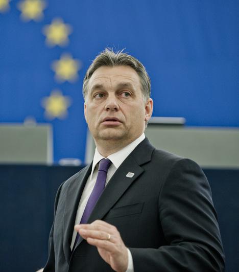 Orbán Viktor  Orbán Viktor első miniszterelnöksége 1998 és 2002 közé esett. Az első Orbán-kormány alatt vezették be a diákhitel rendszerét, és indították el például a Széchenyi-tervet. 2002-ben Orbán vereséget szenvedett, ami után nyolc évig ellenzéki szerepbe szorult. Ekkor hívta életre a polgári körök mozgalmát, a parlamentben pedig több mint három éven át nem szólalt fel.  A második Orbán-kormány 2010-ben alakult meg hatalmas, kétharmados többséggel.