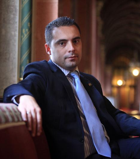 Vona Gábor  A Jobbik elnöke. A párt az LMP-hez hasonlóan újonc a parlamentben, a választásokon meglepetésre a szélsőséges párt a harmadik helyen végzett.