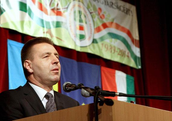 Kovács Miklós bére kiemelkedik a többi megbízott juttatása közül, ő 1 millió 120 ezer forintot kap havonta, a feladata pedig az, hogy az ukrán helyzettel összefüggő magyar külpolitikai stratégia kapcsán adjon tanácsokat.