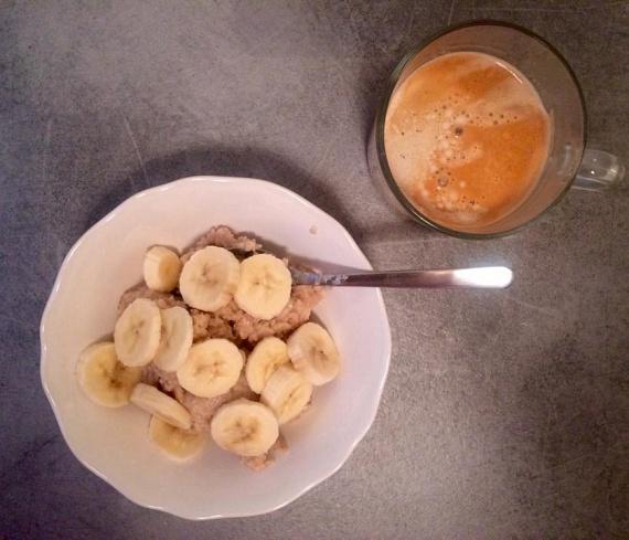 A banános zabkása remek ötlet reggelire, hiszen édes, nem hizlal, viszont nagy energialöketet ad a napindításkor.